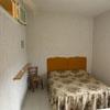 la camera da letto con finestra con letto matrimoniale e singolo