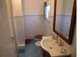 Il bagno con finestra completo di comoda doccia